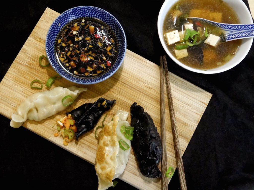 vegane-jiaoze-dumplings-charcoal-paradiesfutter